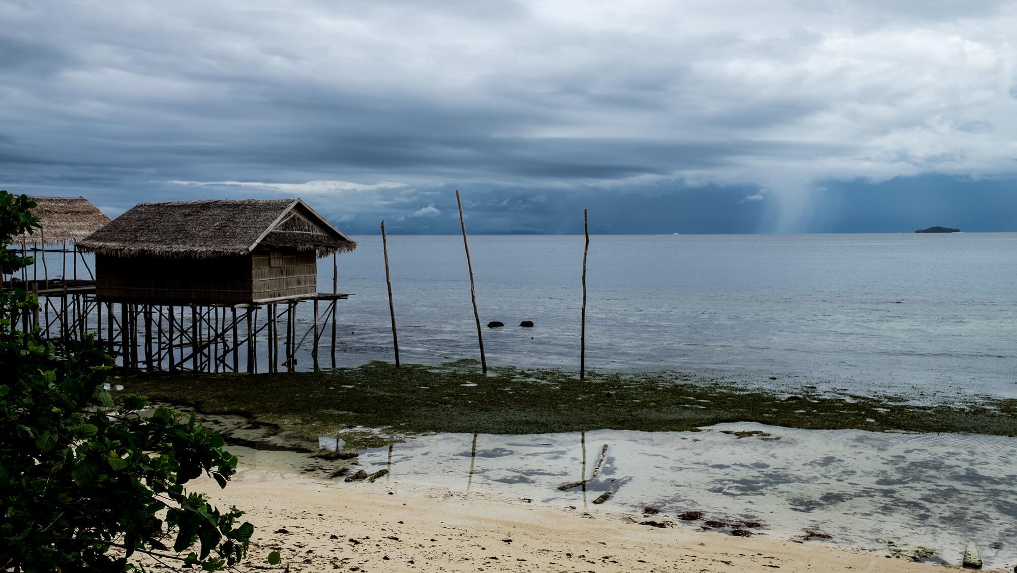 Tormenta en el horizonte del paraíso de Raja Ampat en Papúa