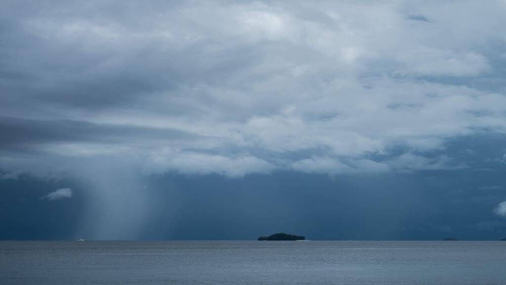 Tormenta en el horizonte de Raja Ampat en Papúa, Indonesia