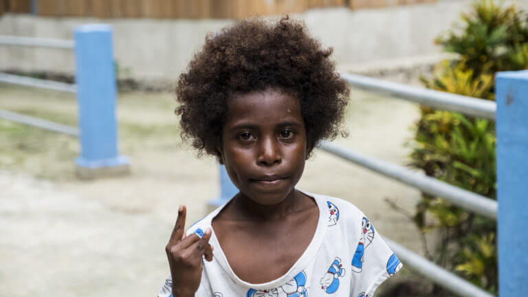 Retrato de un niño en las aldeas de Raja Ampat en Papúa