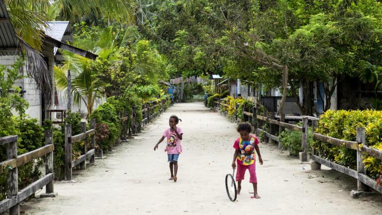 Niños jugando en las aldeas de Raja Ampat de Papúa en Indonesia