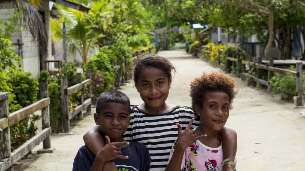 Grupo de niñas en una aldea de Raja Ampat en Papúa