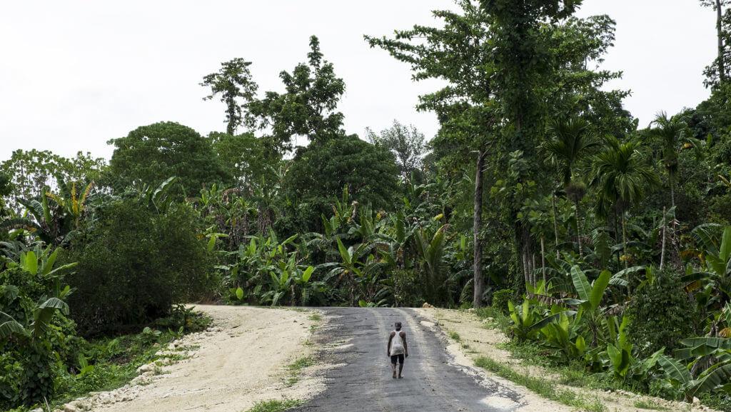 Lugareño paseando entre las aldeas de la selva de Raja Ampat en Papúa