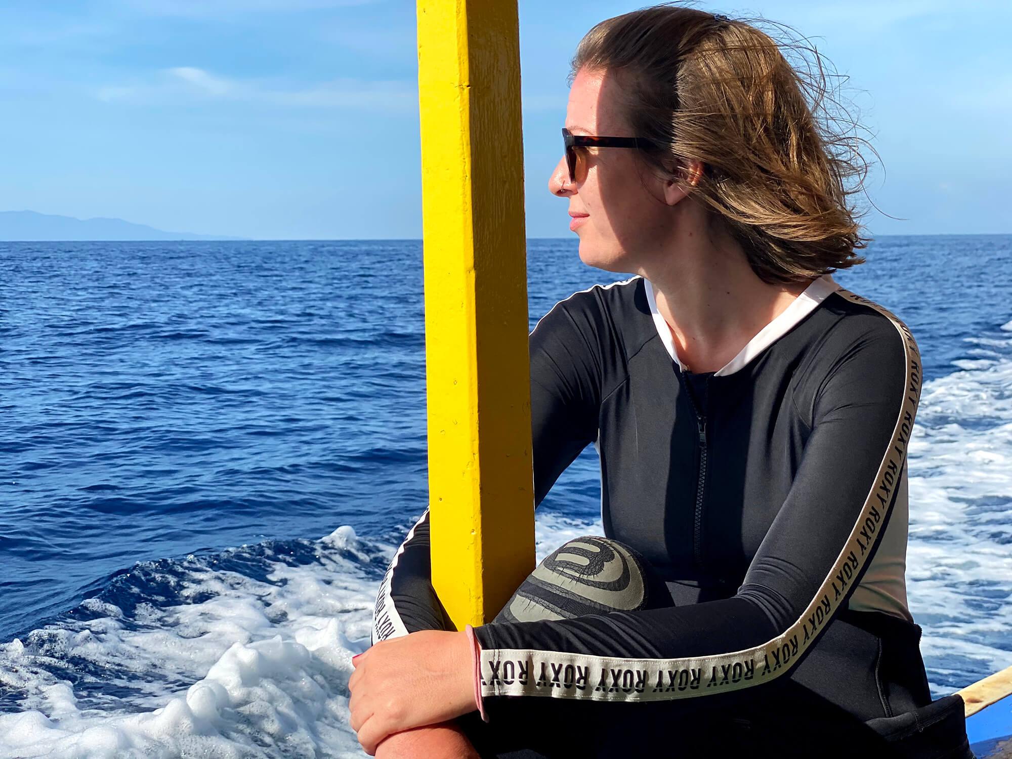 Navegando en el barco de buceo en la isla de Kadidiri en Togean
