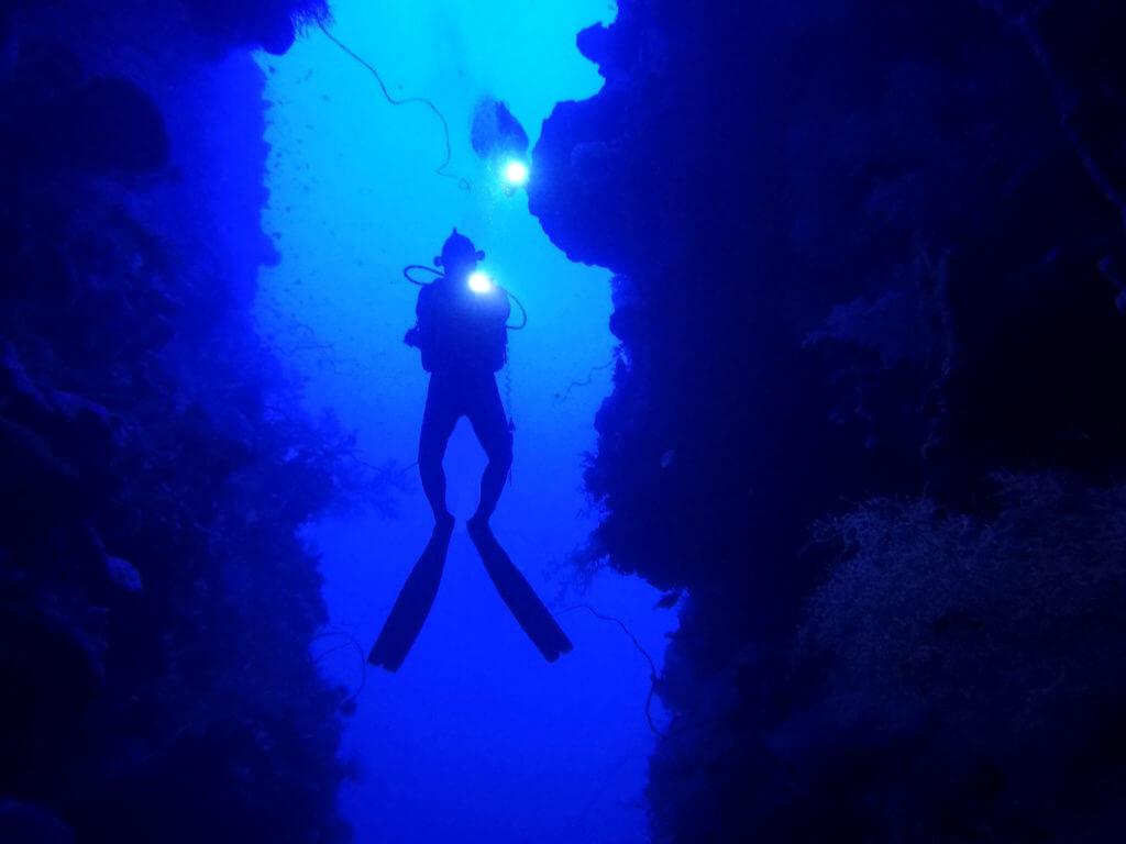 Buceo en una cueva en el Parque Marino de Bunaken en el norte de Sulawesi