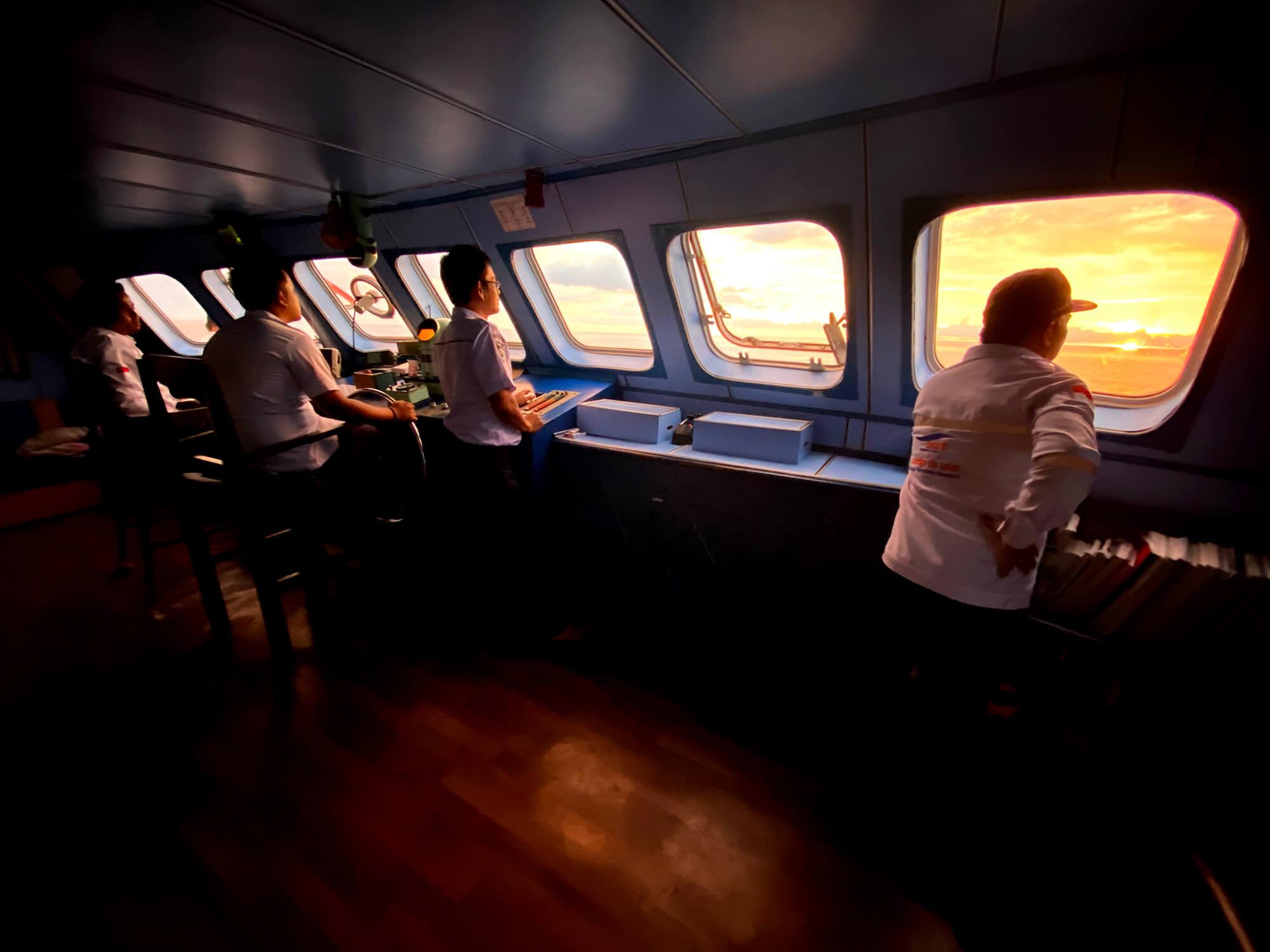 Puente de mandos al atardecer del ferry Gorontalo - Islas Togean