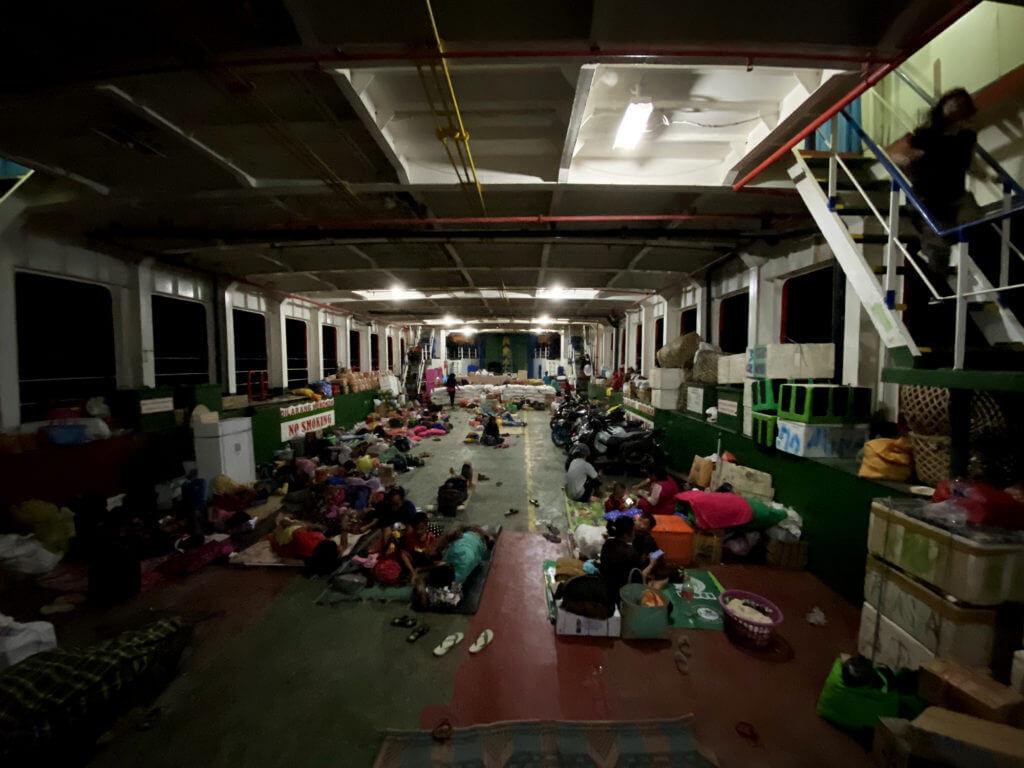 Sótano de carga en el ferry de Gorontalo a las islas Togean de Sulawesi