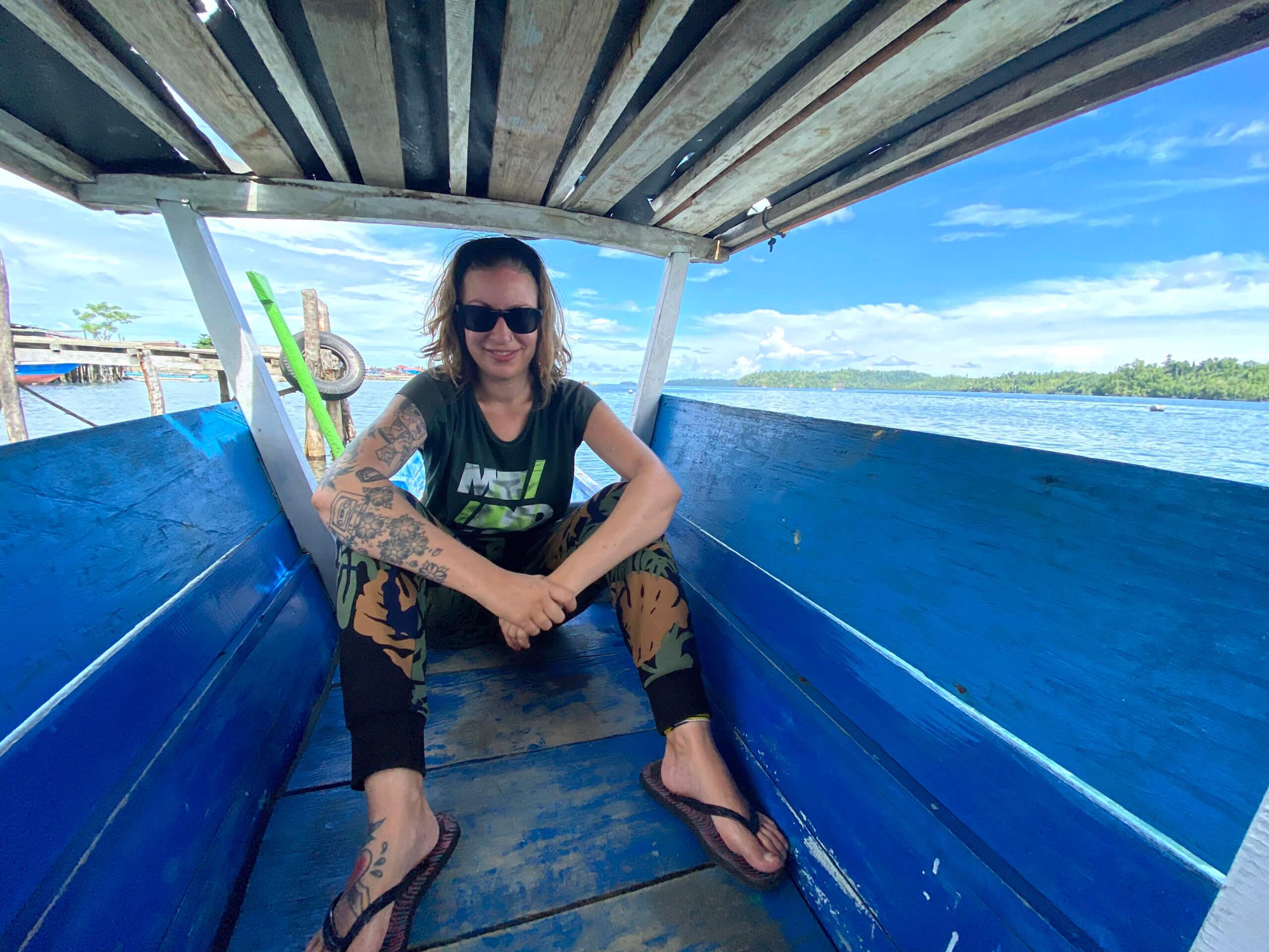 Surcando las aguas de las islas Togean de Sulawesi en Indonesia