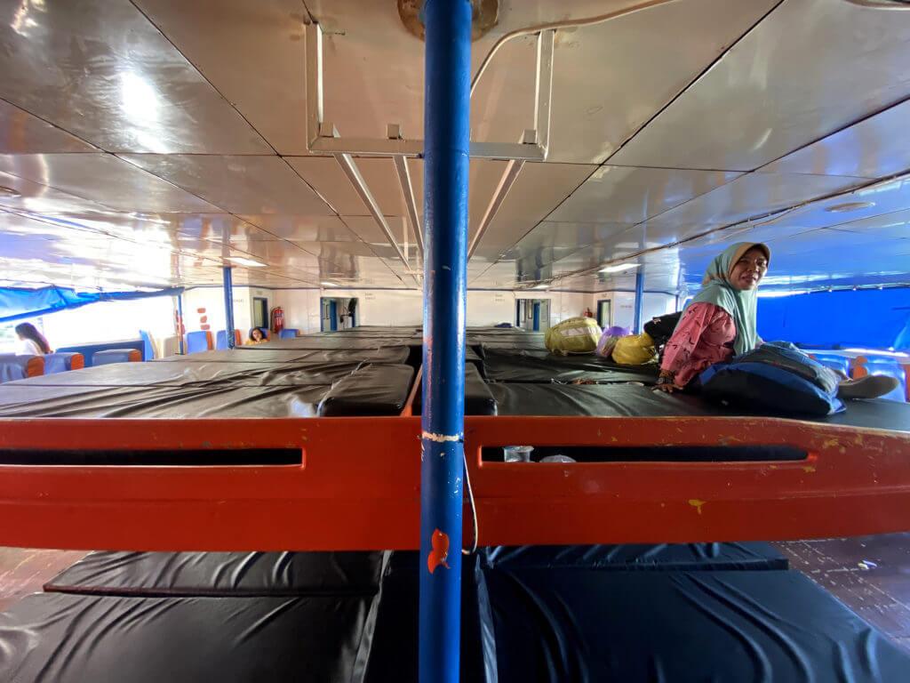 Sala de colchonetas en el ferry de Gorontalo a las islas Togean en Sulawesi