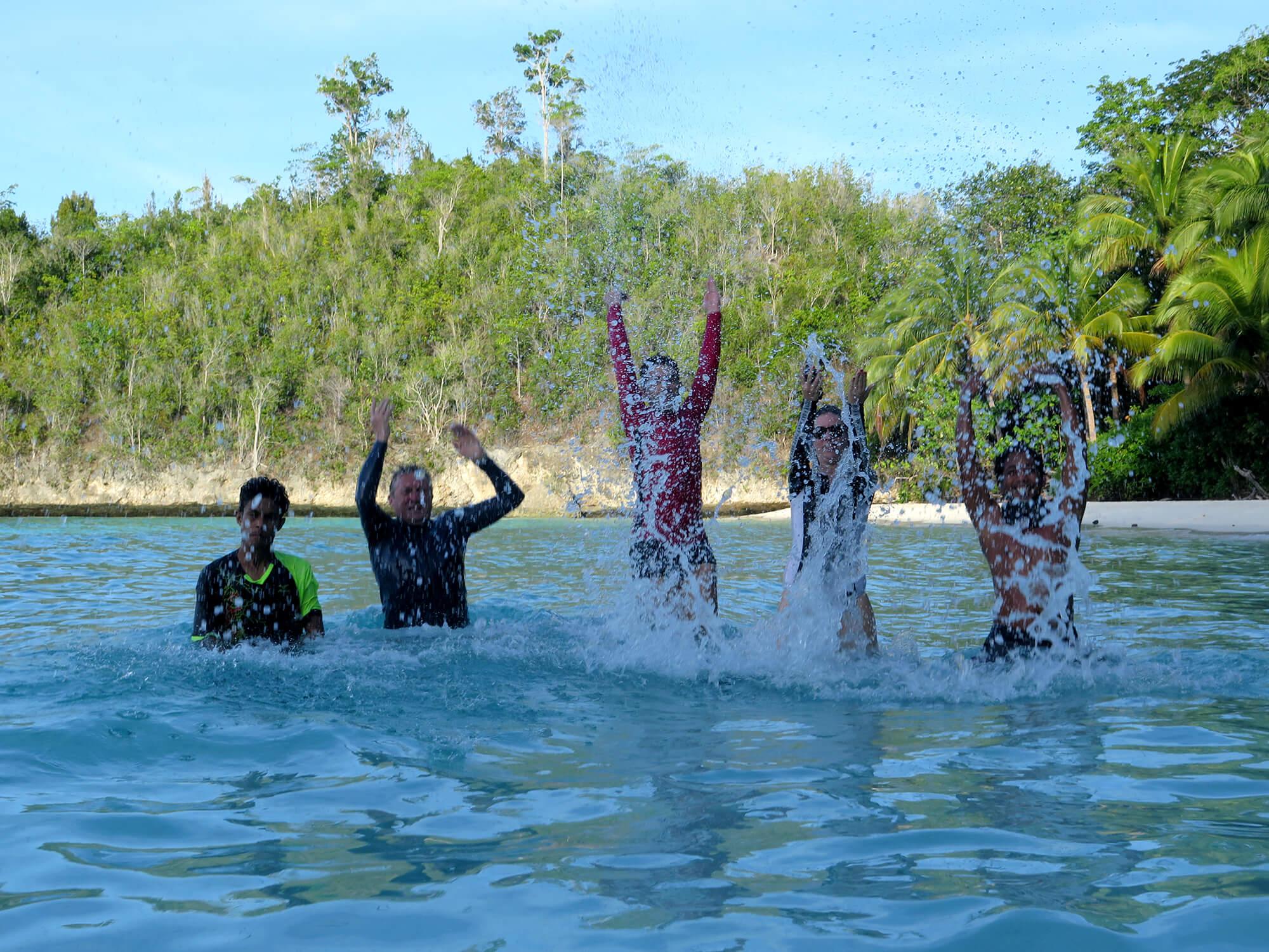 Photojump en Karina Beach en las islas Togean de Sulawesi