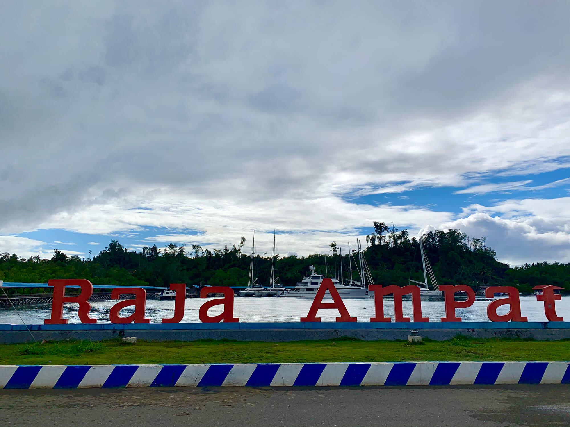 Llegada a Wasai, el puerto principal de Raja Ampat en Papúa