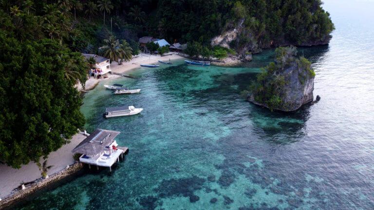 Panorámica de dron sobre la isla de Kadidiri en las Togean Islands de Sulawesi