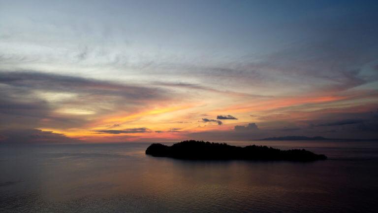 Atardecer a vista de dron de la isla de Una Una en las Togean Islands de Sulawesi