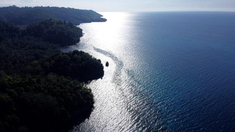 Islas Togean a vista de dron y con barco navegando a contraluz