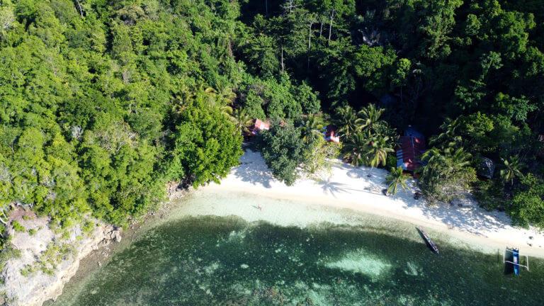 Panorámica de dron sobre la isla de Malenge en las Togean