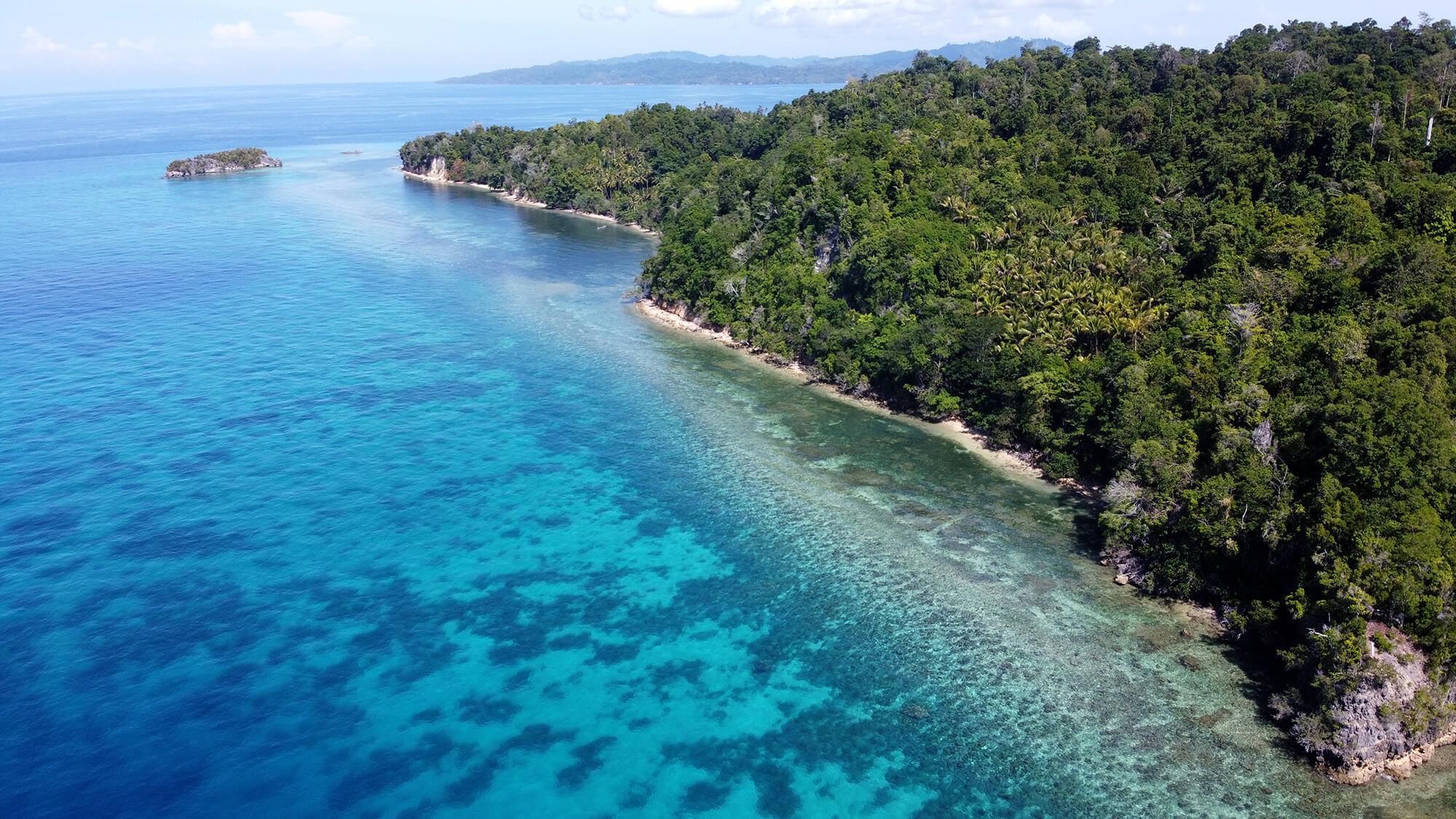 Panorámica de dron sobre los arrecifes de Malenge en las Togean Islands