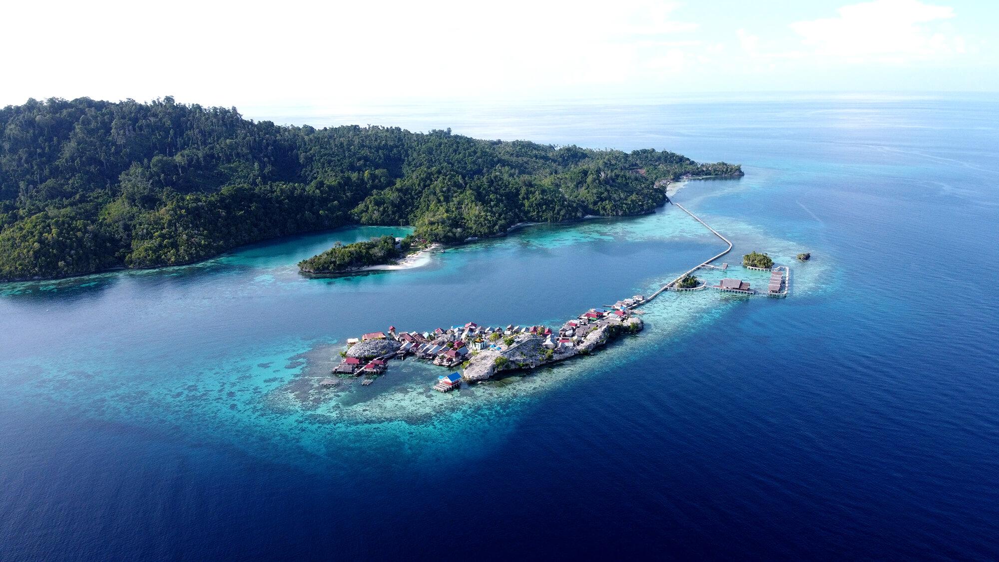Panorámica extraordinaria de dron sobre la isla de Pulau Palan en Sulawesi