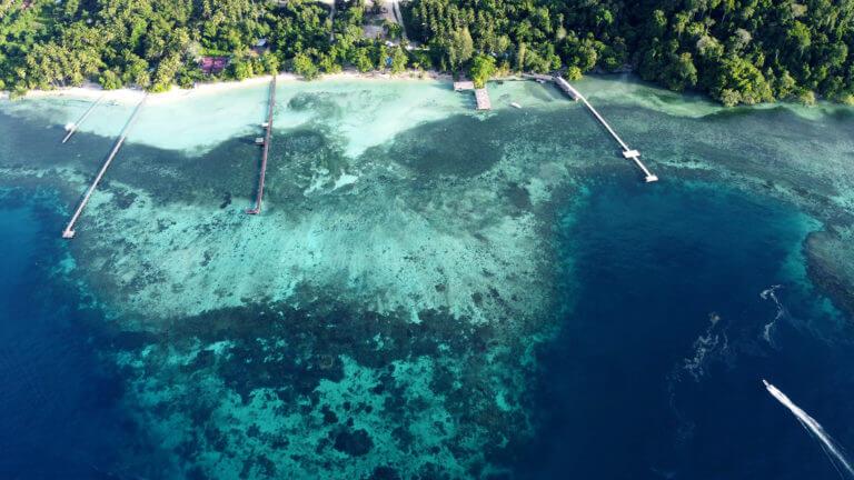 Panorámica de los espectaculares arrecifes de Raja Ampat en Papúa