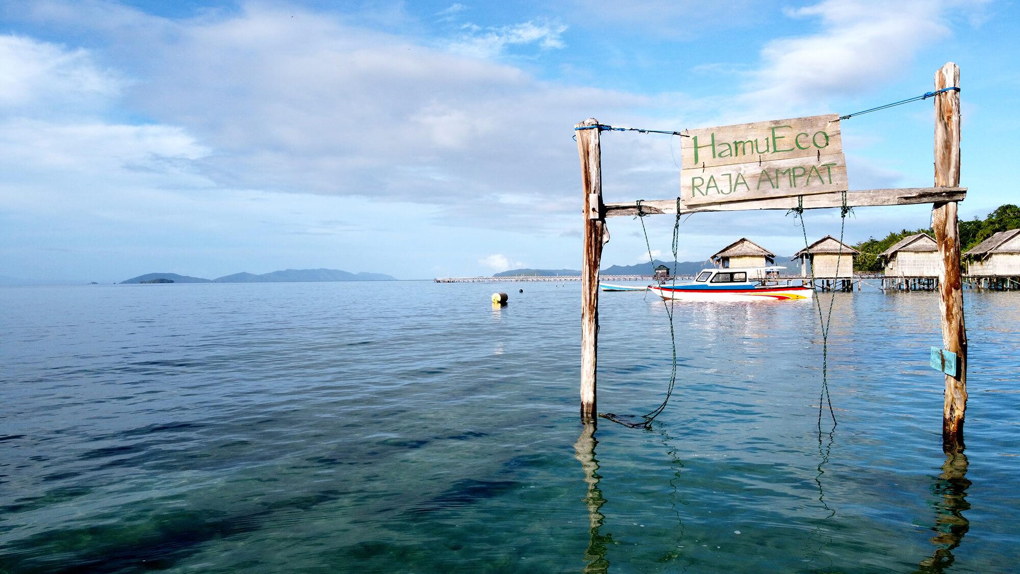 Columpio de bienvenida de Hamueco Raja Ampat sobre los arrecifes del archipiélago de Papúa