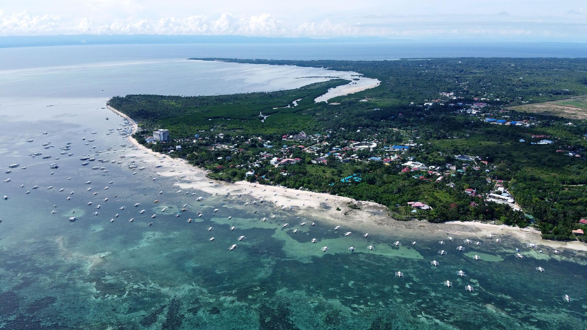 Panorámica de la isla filipina de Panglao a tope de barcos