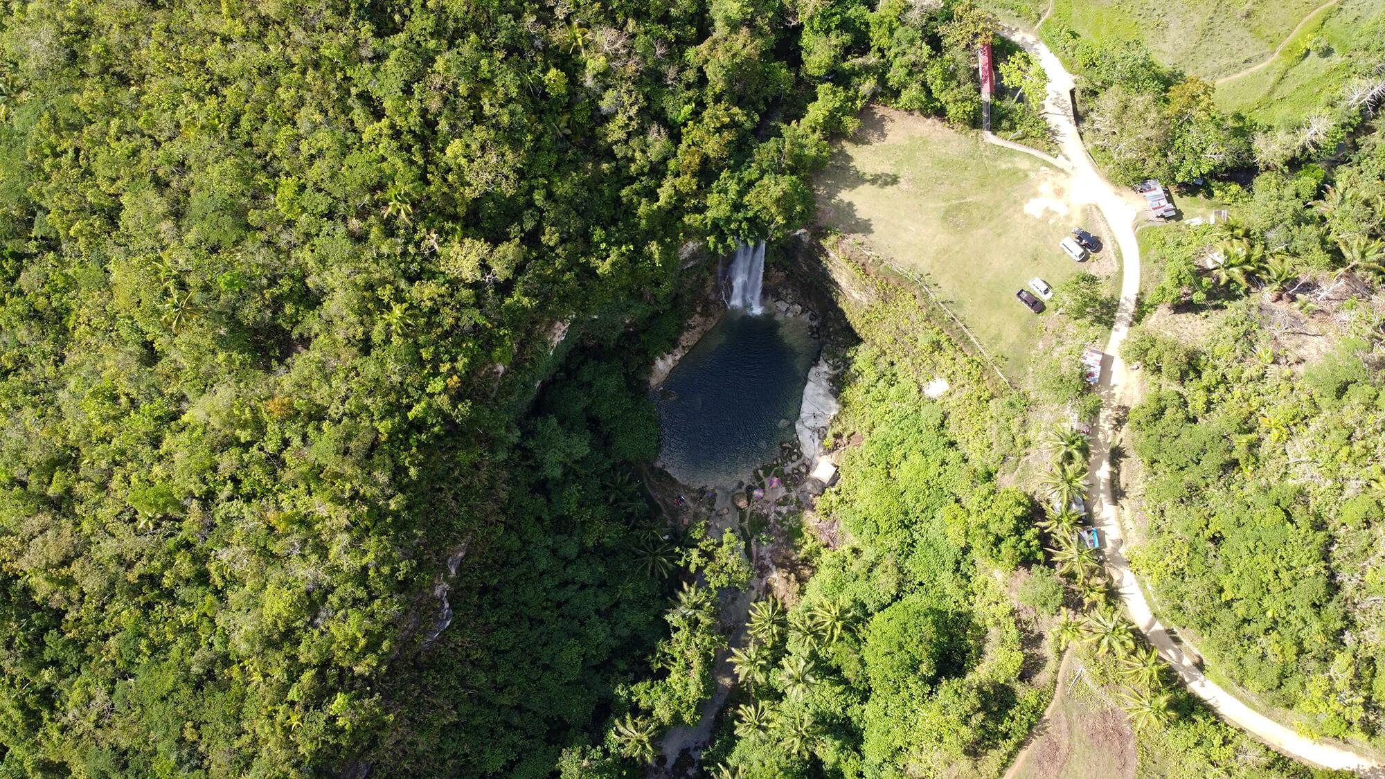 Cascada a vista de dron en la isla filipina de Bohol