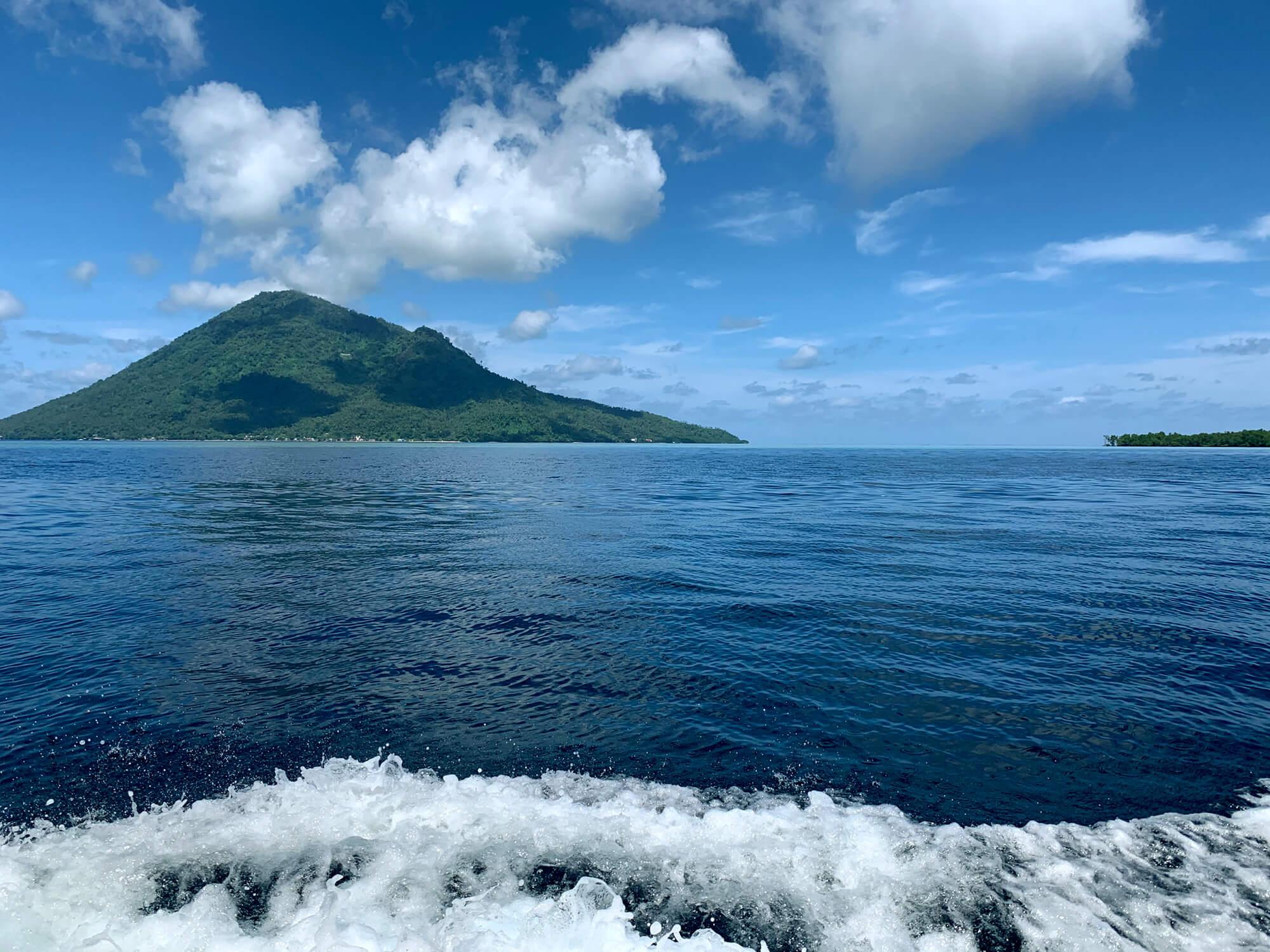 Manado Tua en el horizonte del Parque Marino de Bunaken en Sulawesi
