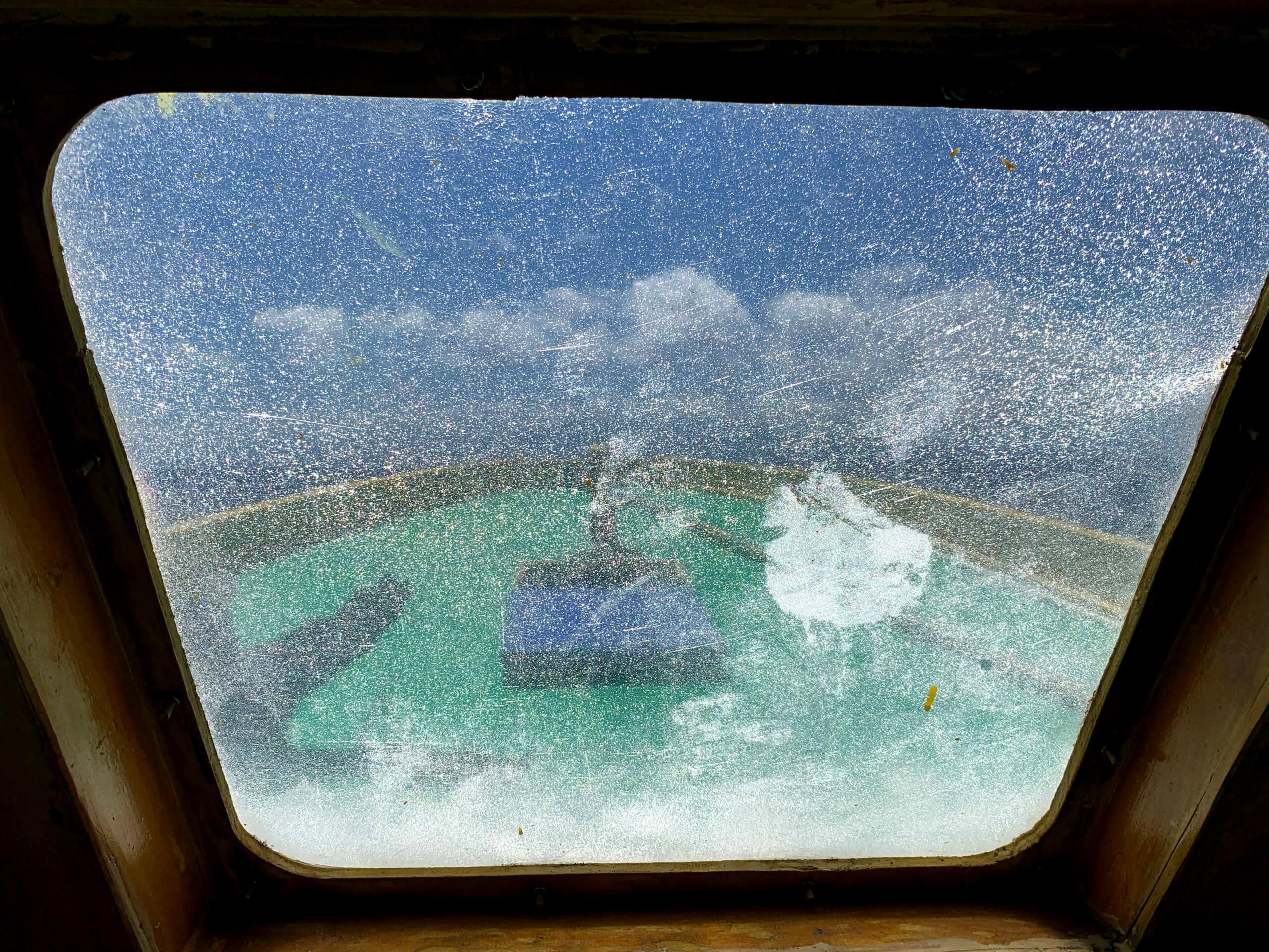 Parque MArino de Bunaken a través de la ventana del barco de buceo