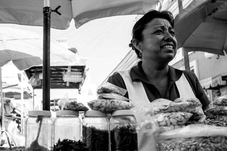 Vendedora en un puesto callejero de México