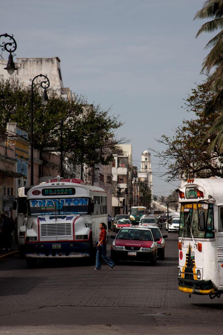 Buses pintorescos en medio del tráfico de la ciudad mexicana de Veracruz