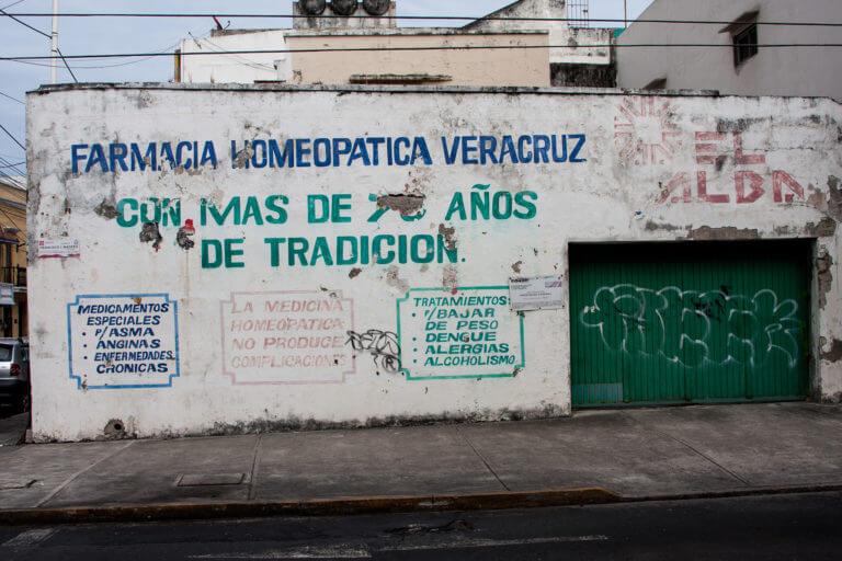 Tiendas coloridas en la ciudad mexicana de Veracruz