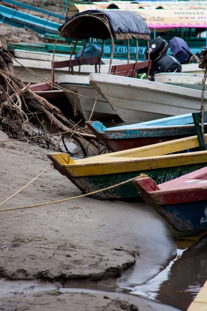 Embarcaciones que surcan el río para llegar a las ruinas de Yaxchilán