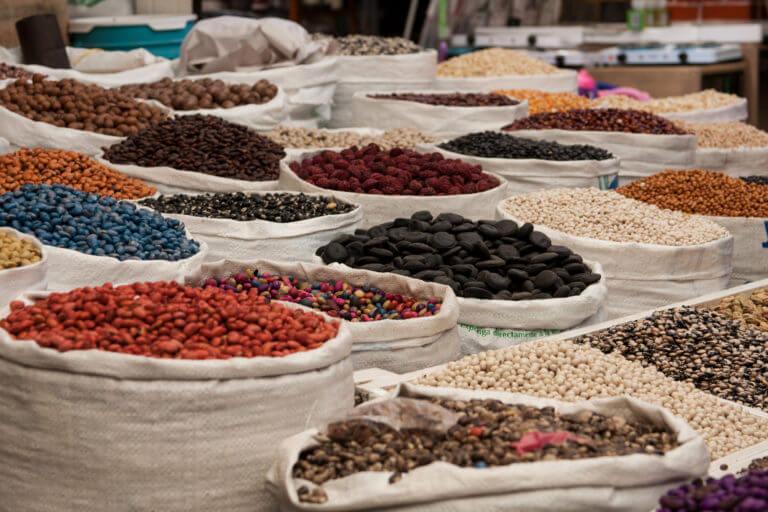 Especias en un mercado de un pueblo mexicano
