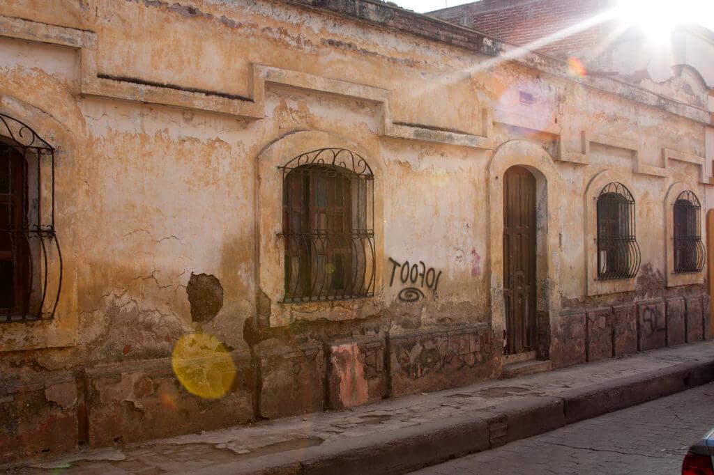 Calles con luz mágica en San Cristóbal de las Casas en México
