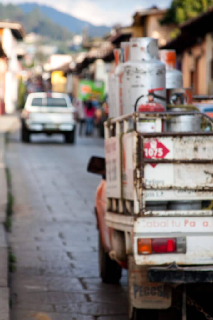 Camión circulando por las calles empedradas de un pueblo mexicano