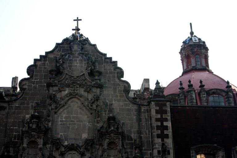 Iglesias y edificios coloniales en pueblos mexicanos