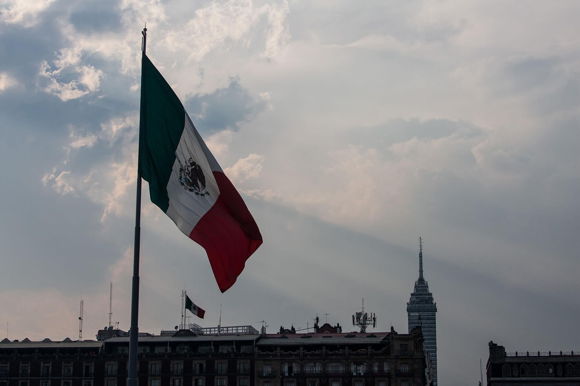 Bandera de México ondeando al viento en la capital